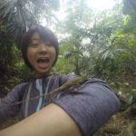 西表島のジャングルでトカゲを捕まえる満喫一人旅