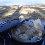 簡単ダッチオーブンでパン作りin西表島の近所の綺麗な海辺で